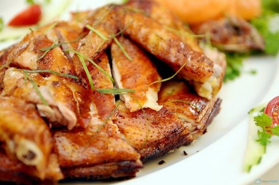 Món gà nướng muối ớt bằng than với hương thơm lừng, miếng thịt vừa giòn, mềm, ngọt tự nhiên vừa thấm đẫm gia vị giúp ngày cuối tuần thêm ngon miệng