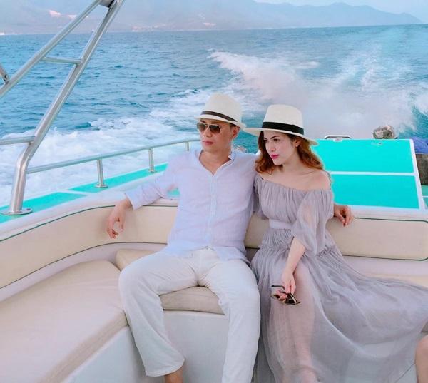 Những người vợ vừa xinh vừa giỏi làm hậu phương vững chắc cho các nam diễn viên điển trai Việt - Ảnh 12