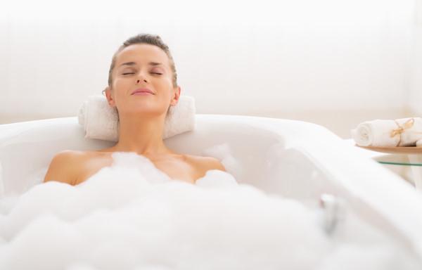 Việc ngâm mình trong nước ấm và thư giãn một lúc sẽ làm dịu đáng kể các cơn đau vùng kín