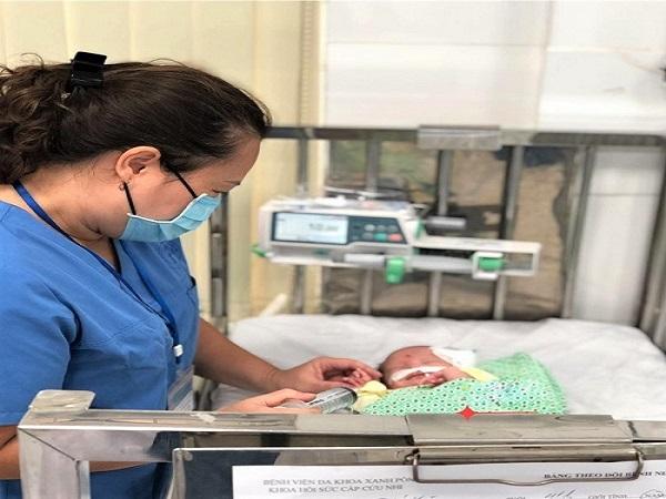 Bé trai 4 tháng tuổi suy hô hấp bị bỏ rơi ở cổng chùa, những nguyên nhân khiến trẻ bị suy hô hấp mẹ nên biết - Ảnh 1