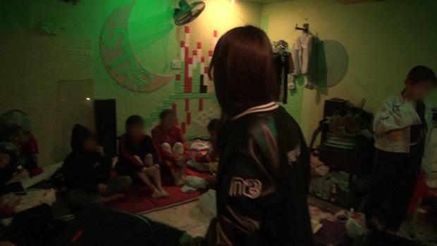 Lời kể hãi hùng của các thiếu nữ bị đánh đập, chích điện ép tiếp khách, bán dâm trong quán karaoke - Ảnh 1