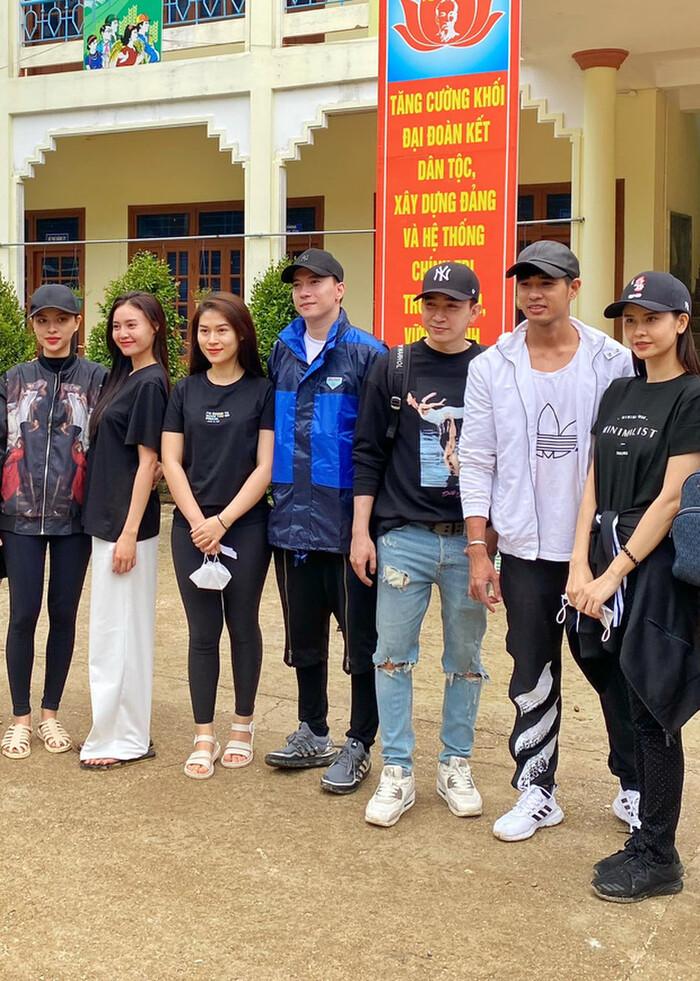 Cư dân mạng 'soi' bằng chứng Ninh Dương Lan Ngọc liên tiếp chụp ảnh ở nhà Chi Dân - Ảnh 1