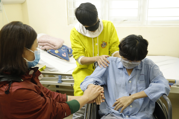 Ca phẫu thuật đặc biệt: Mổ ngồi bắt con cho cô gái 26 tuổi vừa mắc ung thư vừa sinh con ở tuần thứ 37 - Ảnh 1