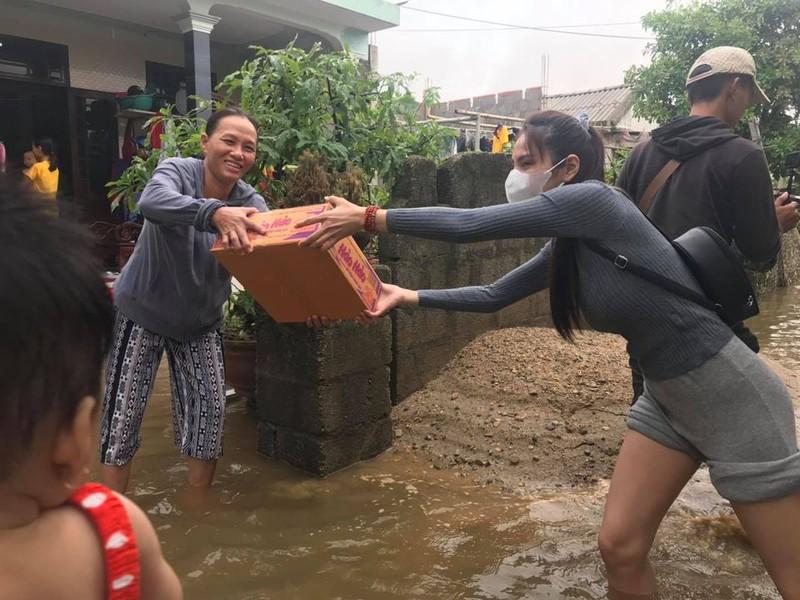 Hình ảnh ca sĩ Thủy Tiên kêu gọi được 100 tỷ đồng, lao vào lũ dữ cứu trợ đồng bào - Ảnh 10