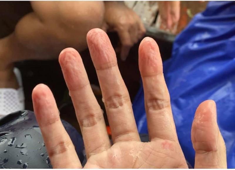 Hình ảnh ca sĩ Thủy Tiên kêu gọi được 100 tỷ đồng, lao vào lũ dữ cứu trợ đồng bào - Ảnh 11