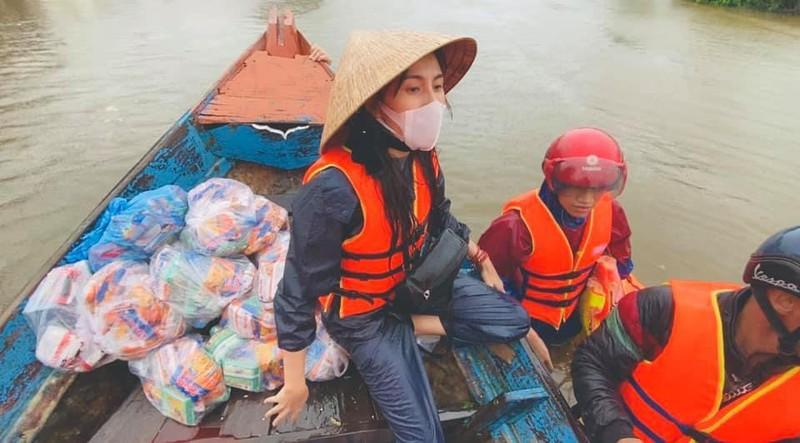 Hình ảnh ca sĩ Thủy Tiên kêu gọi được 100 tỷ đồng, lao vào lũ dữ cứu trợ đồng bào - Ảnh 12