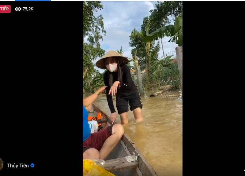Hình ảnh ca sĩ Thủy Tiên kêu gọi được 100 tỷ đồng, lao vào lũ dữ cứu trợ đồng bào - Ảnh 3