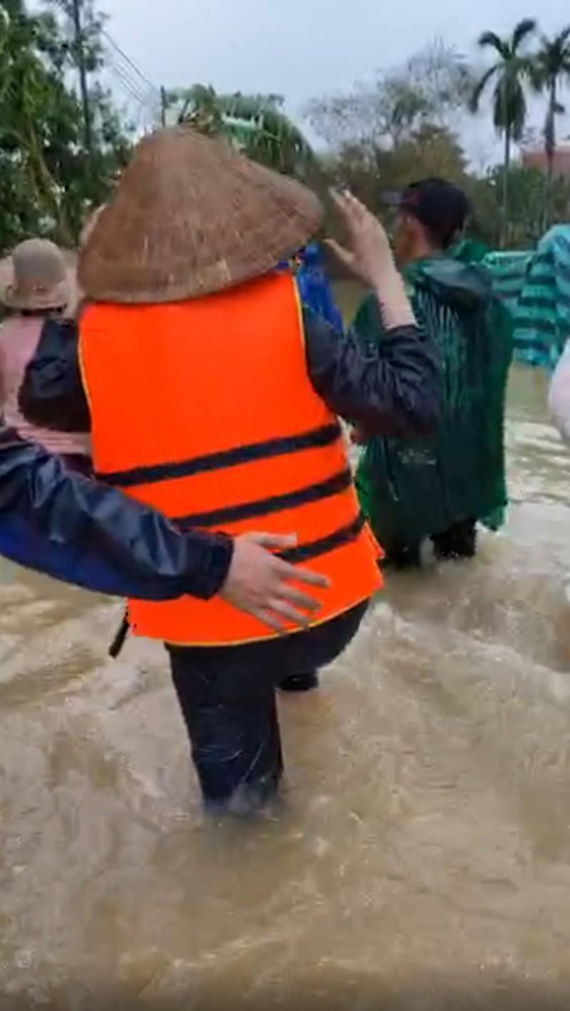 Hình ảnh ca sĩ Thủy Tiên kêu gọi được 100 tỷ đồng, lao vào lũ dữ cứu trợ đồng bào - Ảnh 6