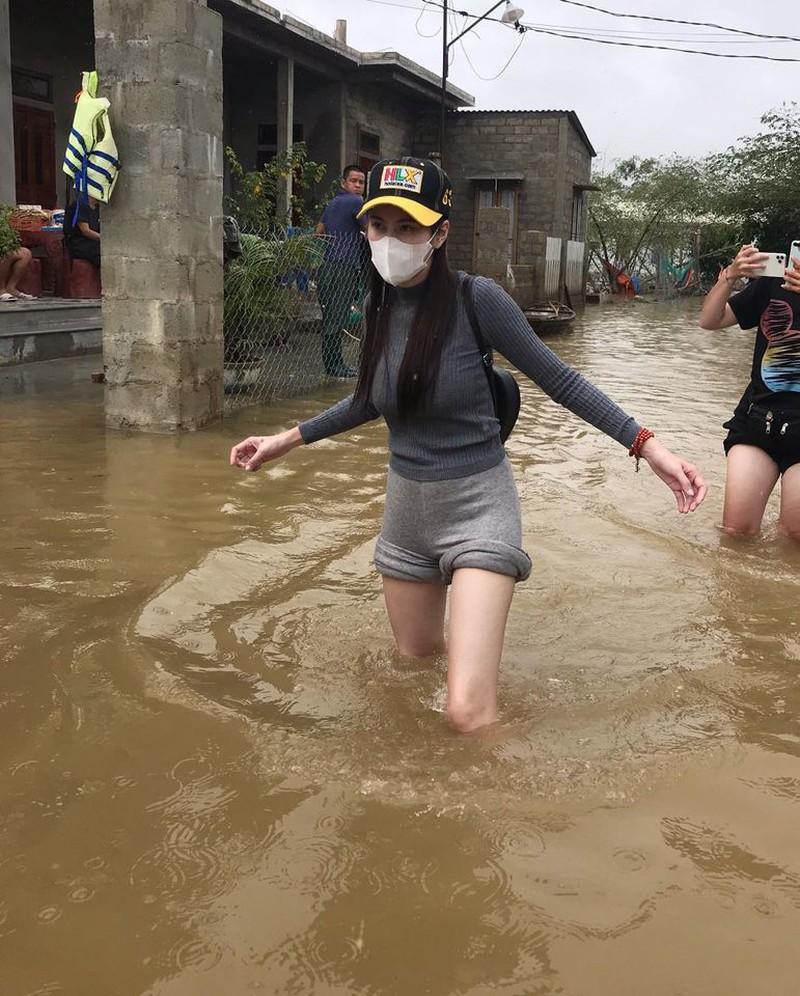 Hình ảnh ca sĩ Thủy Tiên kêu gọi được 100 tỷ đồng, lao vào lũ dữ cứu trợ đồng bào - Ảnh 7