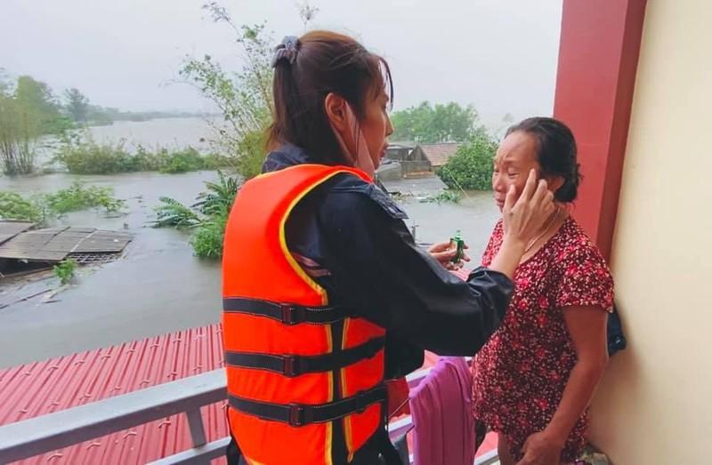 Hình ảnh ca sĩ Thủy Tiên kêu gọi được 100 tỷ đồng, lao vào lũ dữ cứu trợ đồng bào - Ảnh 9