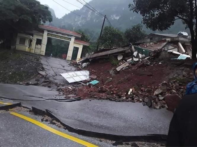 Quảng Bình: Sạt lở núi kinh hoàng, vùi lấp đồn biên phòng và xé toác QL 12A - Ảnh 1