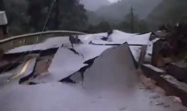 Quảng Bình: Sạt lở núi kinh hoàng, vùi lấp đồn biên phòng và xé toác QL 12A - Ảnh 2