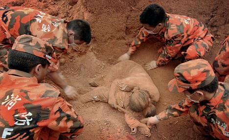 Sự thật về thông tin 'mẹ ôm con dưới bùn' trong vụ sạt lở tại Quảng Trị tràn lan trên Facebook - Ảnh 2