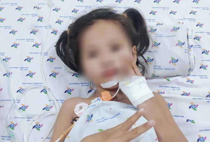 Bé gái 7 tuổi ở Cà Mau mắc hội chứng rối loạn thần kinh hiếm gặp, nói chuyện ú ớ, mất dần khả năng đi lại - Ảnh 1