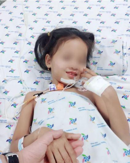 Bé gái 7 tuổi ở Cà Mau mắc hội chứng rối loạn thần kinh hiếm gặp, nói chuyện ú ớ, mất dần khả năng đi lại - Ảnh 2