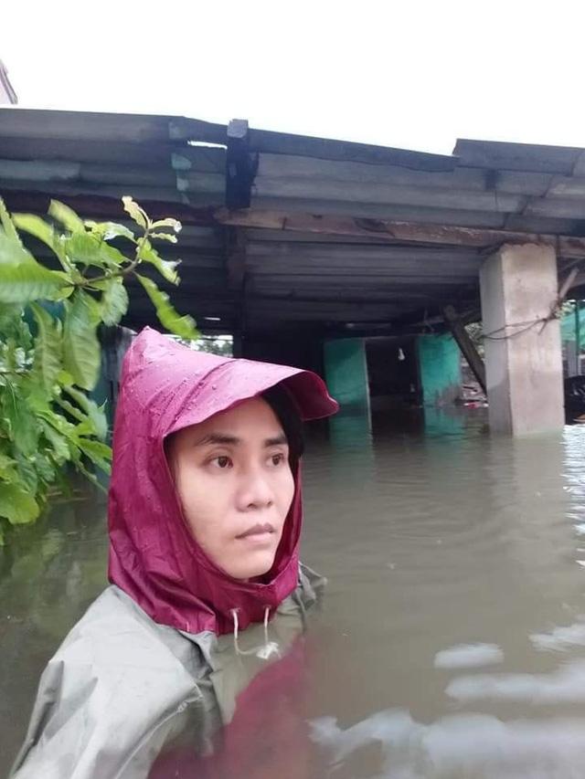 Mẹ của cô bé có khuôn mặt biến dạng ở Quảng Bình gửi con để đi giúp người dân chống lũ - Ảnh 1