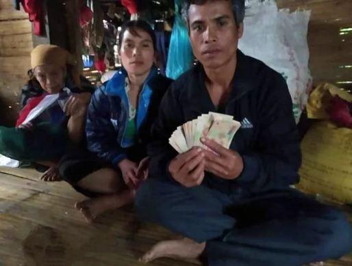 Phát hiện 10 triệu đồng từ áo quần cũ được tặng, người đàn ông nghèo ở Quảng Trị làm gì? - Ảnh 1