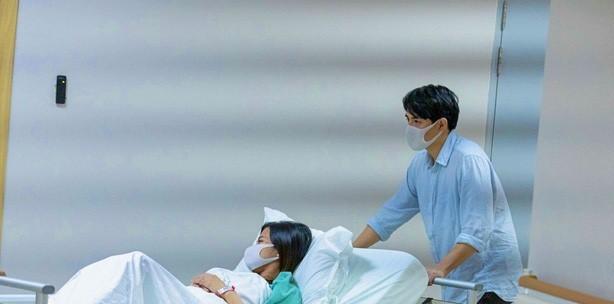 Ông Cao Thắng 'hộ tống' Đông Nhi vào bệnh viện sinh con gái đầu lòng - Ảnh 3