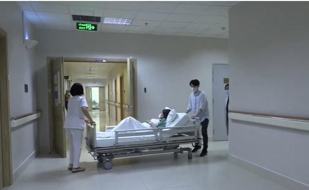 Ông Cao Thắng 'hộ tống' Đông Nhi vào bệnh viện sinh con gái đầu lòng - Ảnh 5