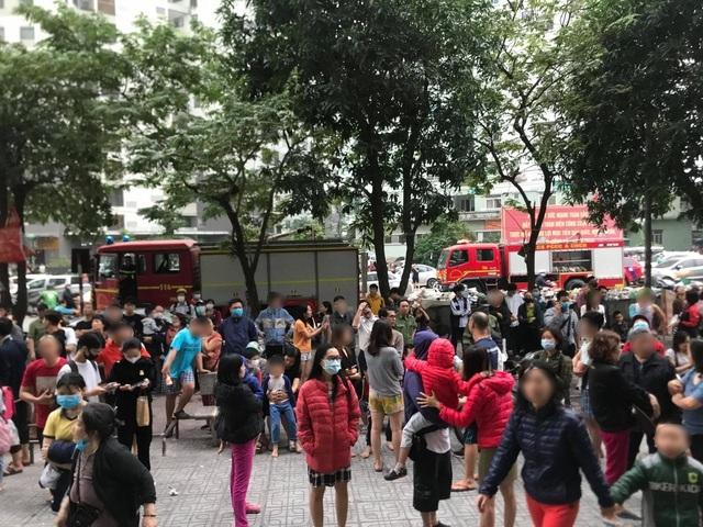 Hà Nội: Cháy ở chung cư Linh Đàm, hàng trăm cư dân tháo chạy - Ảnh 1