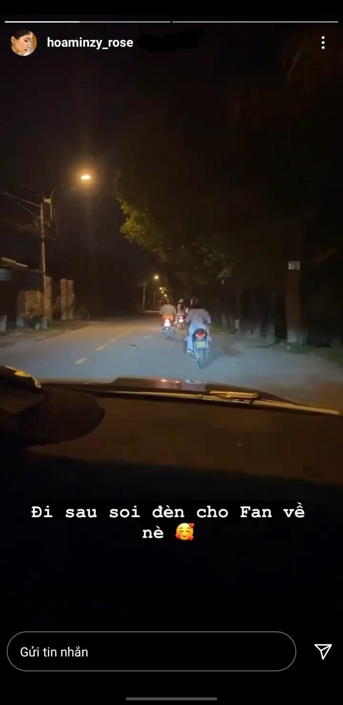 Khoảnh khắc dễ thương: Hòa Minzy ngồi trên xe hơi, soi đèn cho fan về nhà trong đêm tối - Ảnh 2