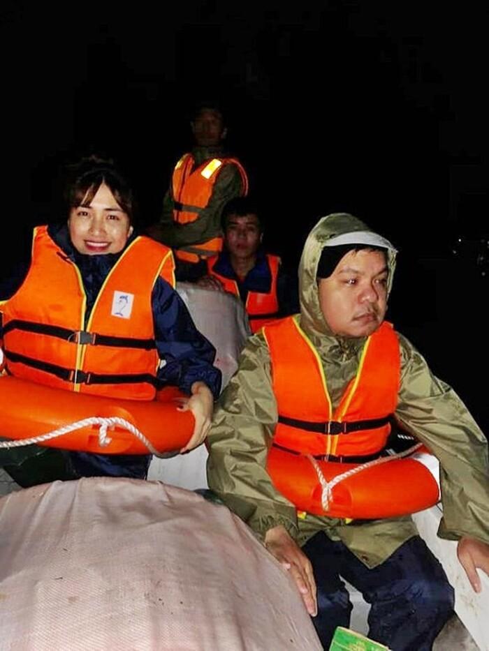 Khoảnh khắc dễ thương: Hòa Minzy ngồi trên xe hơi, soi đèn cho fan về nhà trong đêm tối - Ảnh 4
