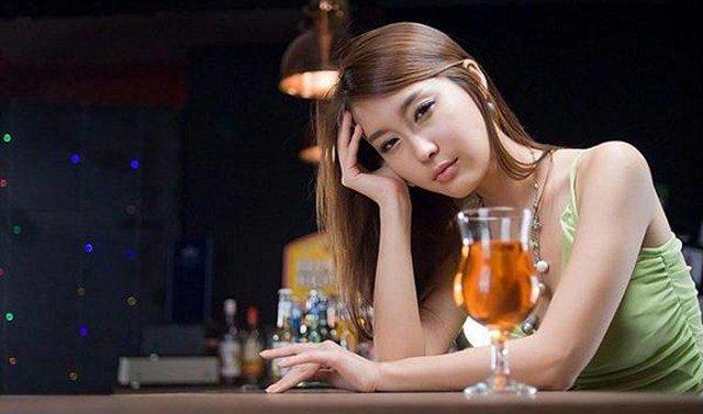"""Thất tình uống say gọi cô bạn thân đến đón, tỉnh dậy nhìn người nằm cạnh mà tôi """"hóa đá"""" - Ảnh 1"""