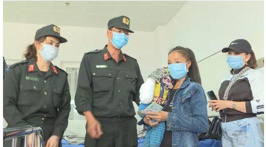 Bé 2 tuổi rơi vào bếp lửa bị phỏng nặng, gia đình không có tiền đưa đi viện - Ảnh 3