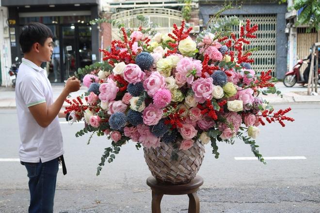 Đại gia ở TP Thủ Đức đặt bình hoa 55 triệu tặng vợ dịp 8/3 - Ảnh 1