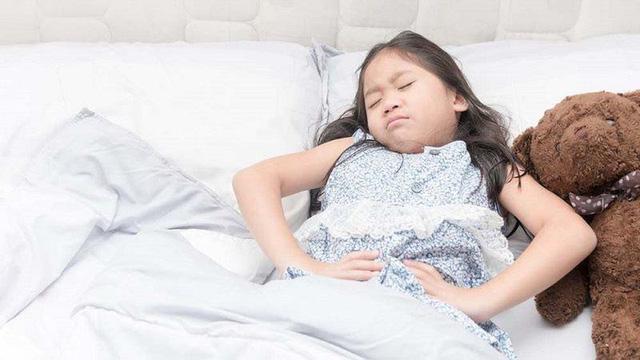 Những thói quen hàng ngày cha mẹ làm khiến con dễ viêm loét dạ dày, cần nhanh chóng loại bỏ nếu không muốn con ung thư - Ảnh 1