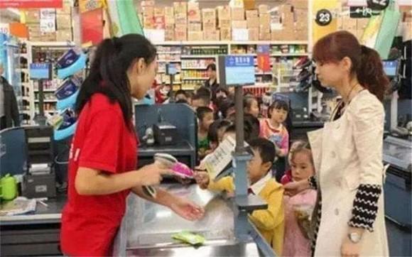 Bé 4 tuổi vào siêu thị đập vỡ hộp trứng bị nhân viên đòi bồi thường gấp 10 lần, người mẹ đã có hành động đáp trả đáng ngưỡng mộ - Ảnh 4
