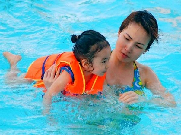 Những điều bố mẹ cần nhớ lưu ý khi cho trẻ đi bơi - Ảnh 1