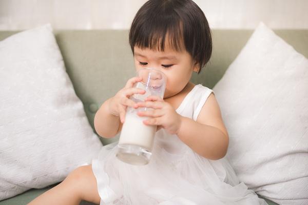 Muốn con cao lớn, mẹ cho bé uống sữa trước khi ngủ cần lưu ý 4 điều này - Ảnh 1