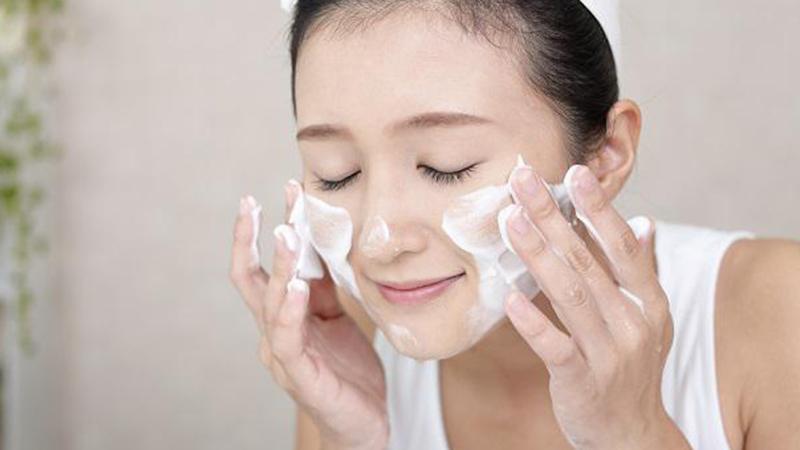 3 thứ cần giữ sạch nếu muốn da mặt không bị tổn thương khi phải đeo khẩu trang thường xuyên trong mùa dịch covid-19 - Ảnh 2