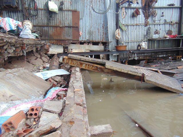 Cà Mau: Nhiều nhà dân lại bị nuốt chửng, thiệt hại tiền tỷ - Ảnh 1
