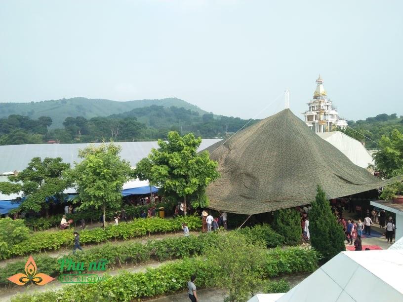 Giữa trưa nắng nóng hầm hập, khách thập phương nườm nượp đổ về chùa đăng ký lễ Vu Lan, cầu siêu - Ảnh 7