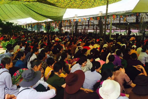 Giữa trưa nắng nóng hầm hập, khách thập phương nườm nượp đổ về chùa đăng ký lễ Vu Lan, cầu siêu - Ảnh 3