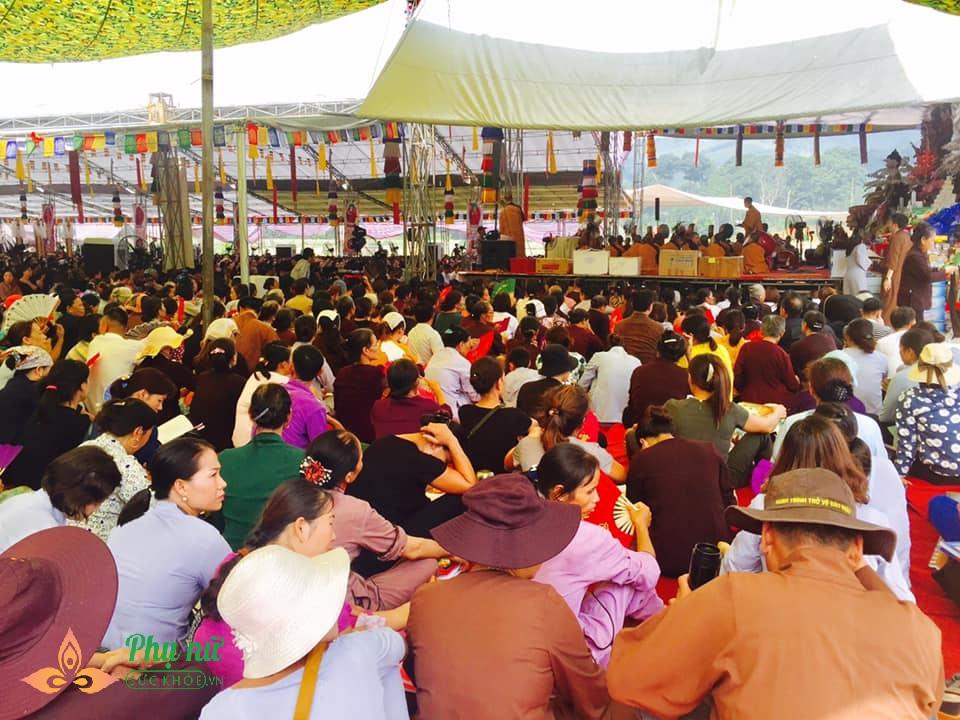 Giữa trưa nắng nóng hầm hập, khách thập phương nườm nượp đổ về chùa đăng ký lễ Vu Lan, cầu siêu - Ảnh 4