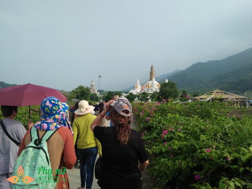 Giữa trưa nắng nóng hầm hập, khách thập phương nườm nượp đổ về chùa đăng ký lễ Vu Lan, cầu siêu - Ảnh 2