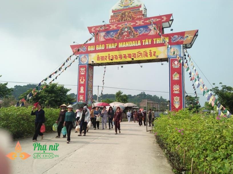 Giữa trưa nắng nóng hầm hập, khách thập phương nườm nượp đổ về chùa đăng ký lễ Vu Lan, cầu siêu - Ảnh 1