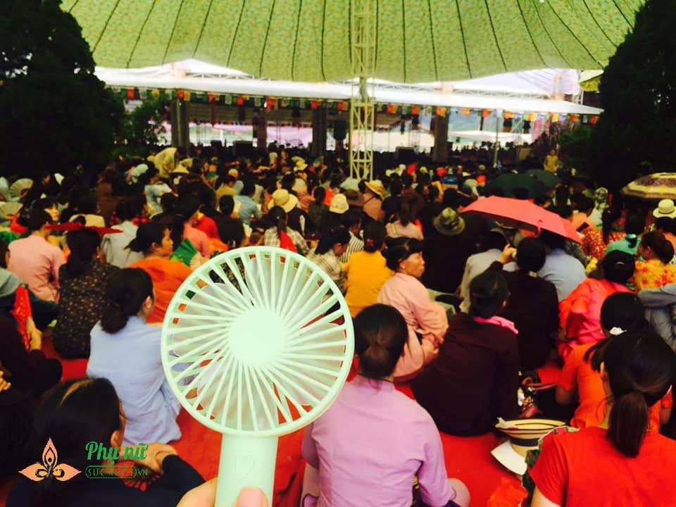Giữa trưa nắng nóng hầm hập, khách thập phương nườm nượp đổ về chùa đăng ký lễ Vu Lan, cầu siêu - Ảnh 5