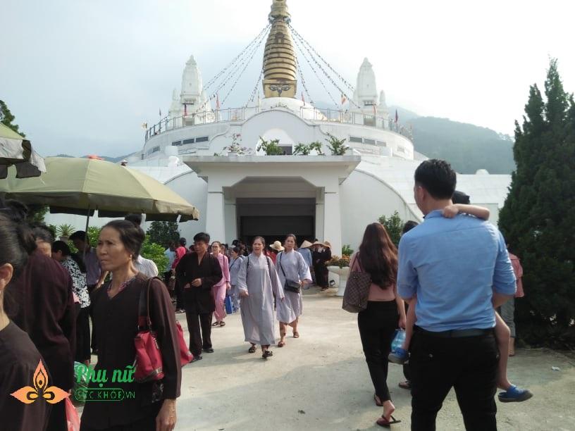 Giữa trưa nắng nóng hầm hập, khách thập phương nườm nượp đổ về chùa đăng ký lễ Vu Lan, cầu siêu - Ảnh 6