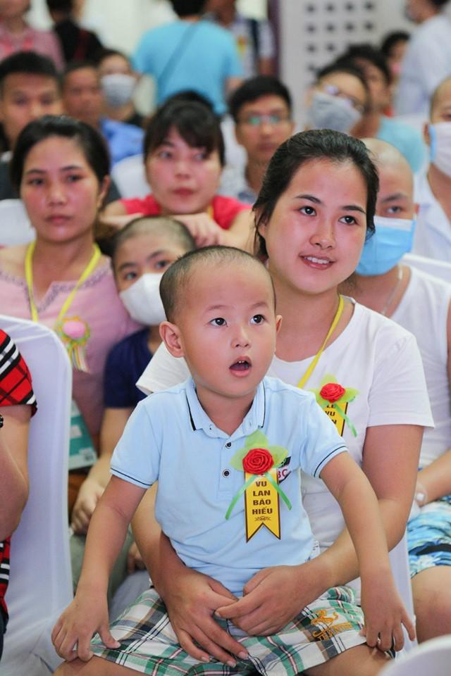 Hà Nội: Nghẹn ngào nước mắt nghe bệnh nhi hát 'Mẹ yêu ơi' trong Vu Lan báo hiếu ở bệnh viện  - Ảnh 7