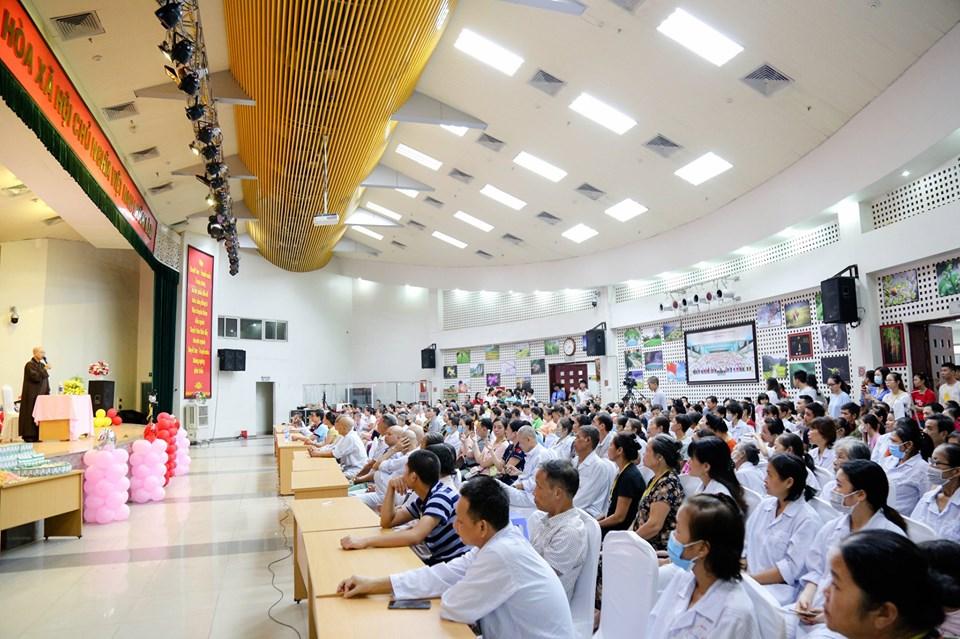 Hà Nội: Nghẹn ngào nước mắt nghe bệnh nhi hát 'Mẹ yêu ơi' trong Vu Lan báo hiếu ở bệnh viện  - Ảnh 1