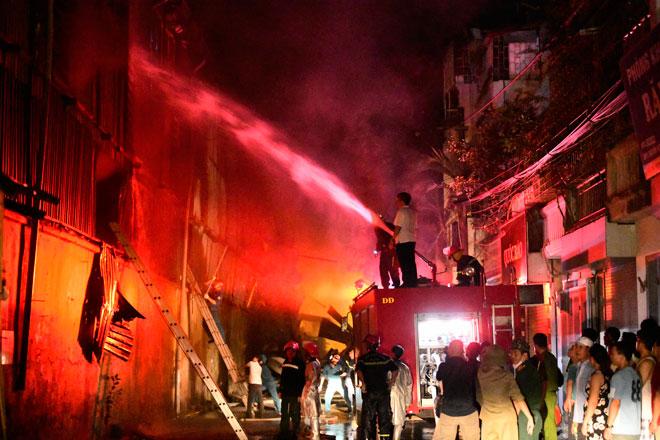 'Nóng' nhất tuần: Cháy nhà máy bóng đèn Rạng Đông, võ sư 'tung cước' đánh vợ đang bế con nhỏ - Ảnh 1