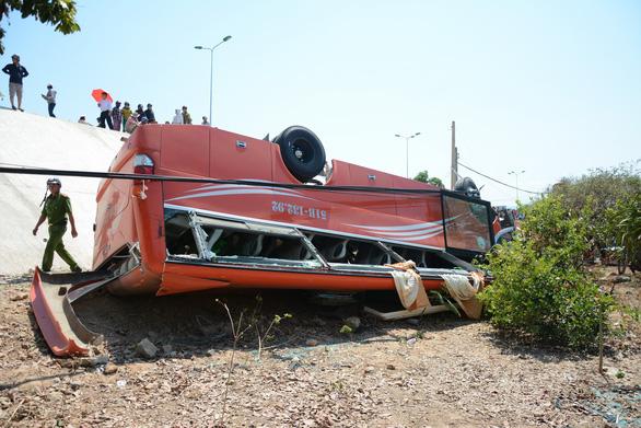Xe khách lao vực, nhiều du khách Hàn Quốc bị thương - Ảnh 1