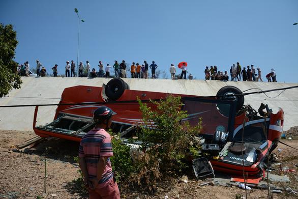 Xe khách lao vực, nhiều du khách Hàn Quốc bị thương - Ảnh 2