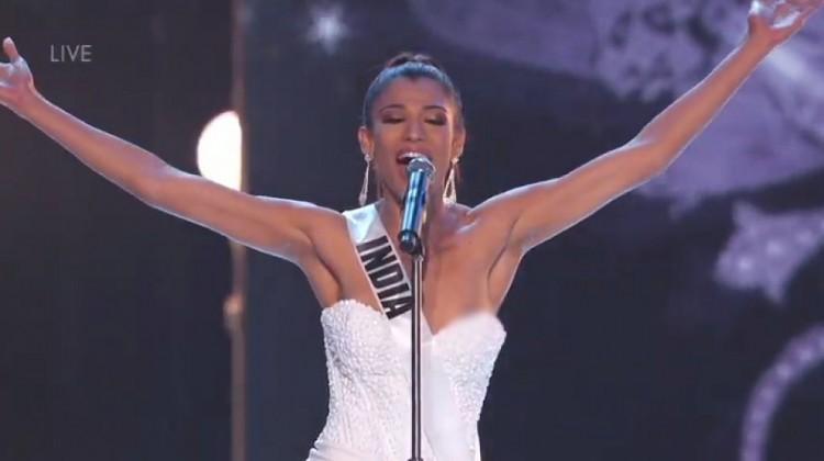 Sự cố lộ ngực của người đẹp Ấn Độ tại đêm bán kết Miss Universe 2018. Ảnh: Internet