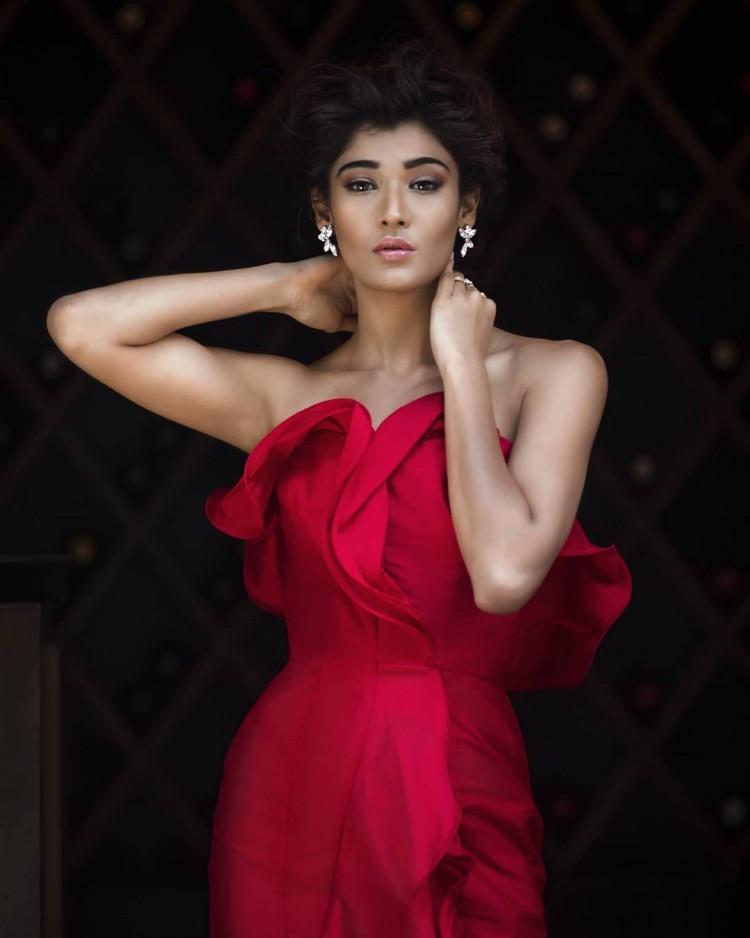 Bị tụt váy vì diễn quá sung, hoa hậu Ấn Độ lộ ngực trên sân khấu  - Ảnh 3