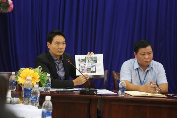 Ông Đặng Đình Tuấn (trái), đại diện công ty Phú Hoàng Anh tại buổi đối thoại - Ảnh: PHƯỚC TUẦN